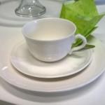 Valkoinen kahviastiasto.