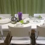 Valkoiset pöydät ja tuolit.